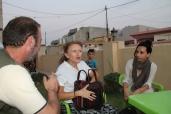 Claudia Ryan con la giornalista Sara Lucaroni durante una cena a Khanke
