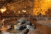 Il suggestivo bar ristorante nella valle Qsra Sadame ricavato in una grotta